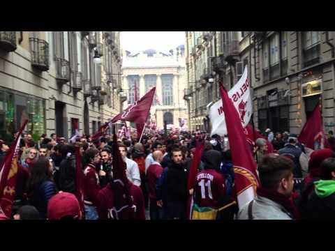 Tifosi granata ballano davanti lo Juve-store