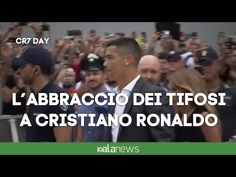 Cristiano Ronaldo, il primo vero abbraccio coi tifosi della Juve