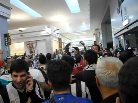 Cori all'uscita dello Juventus Store