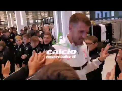 Juventus, Ramsey allo Store dopo la presentazione