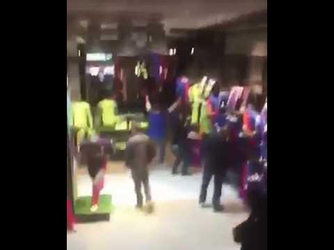 Un juventino che entra con la maglia della Juve nello store del Barcellona