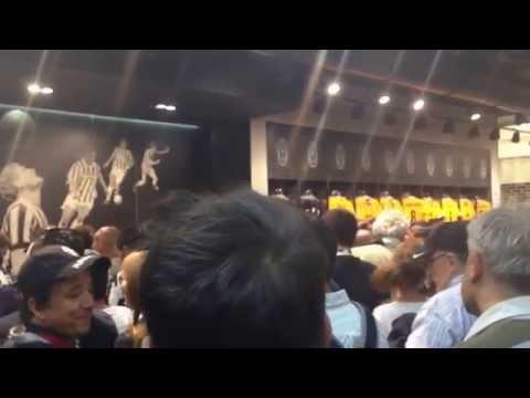 Pienone allo Juventus Store Torino cantando Inno della Juve 5/5/2014
